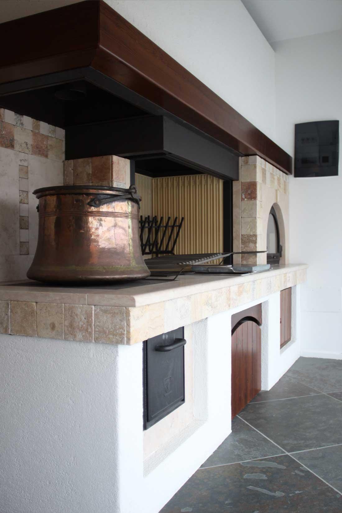 Rivestimento Maremma – con caminetto, cucina e forno |